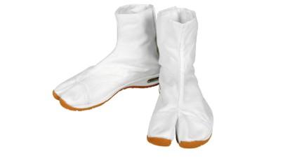 つま先が分かれている足袋靴